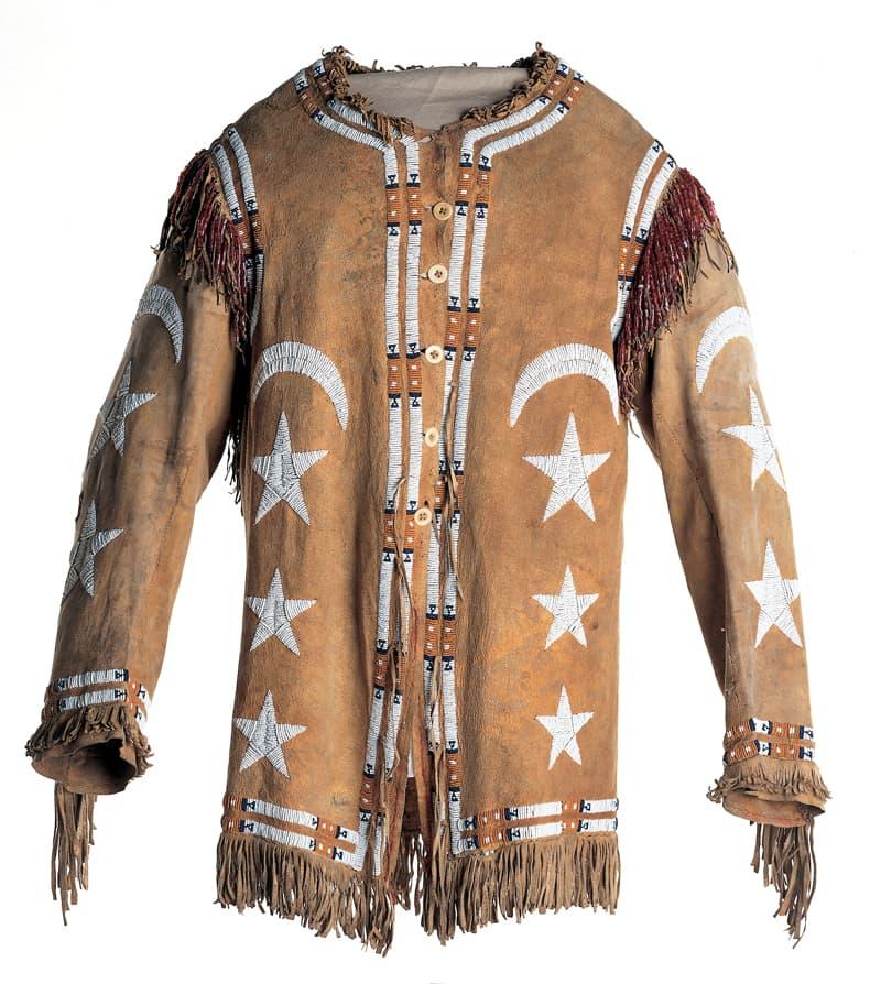 Joslyn Art Museum'da sergilenen 1850 yılına ait ay yıldızlı Kızılderili kıyafeti